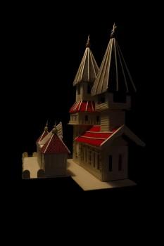 Modely dvou staveb a dva obrázky háčkovaných vloček
