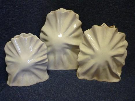 Sada tří váz vyrobených vKeramické dílně Charitního střediska Gabriel